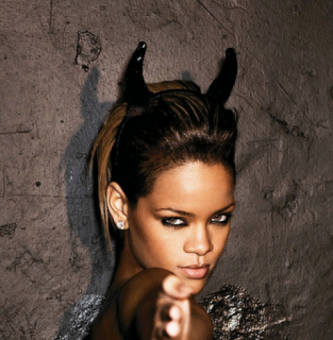 rihanna-devil-horns-Illuminati