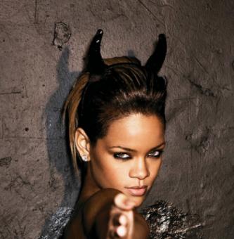rihanna-devil-horns-Illuminati